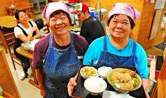 山ちゃん食堂を切り盛りする當山弘子さん(右)と姉の仲井真セツ子さん=豊見城市翁長