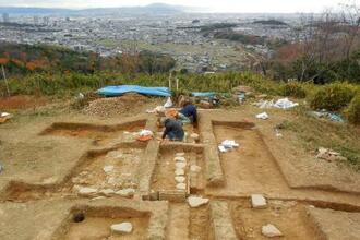 三好長慶が建てたやぐらとみられる建物が見つかった芥川山城跡=大阪府高槻市