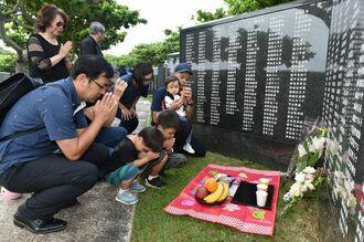 平和の尊さを継承しながら世代を超えて手を合わせる遺族=23日午前7時38分、糸満市摩文仁・県平和記念公園