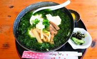 優しい味わいアーサそば 口の中で広がる潮の香り  竹富町黒島「そばカフェうんどうや」