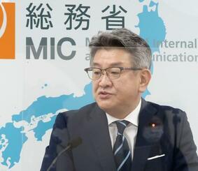 閣議後の記者会見で、携帯電話料金の引き下げについて発言する武田総務相=18日午後、総務省