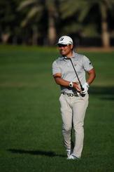 欧州ゴルフのアブダビHSBC選手権第1日、2番で第2打の行方を見守る宮里優作=16日、アブダビ(ゲッティ=共同)