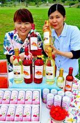 アセロラワインやパッションフルーツワインをPRする糸満観光農園の職員