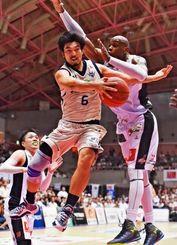 キングス-大阪 第3Q、キングスの金城茂之がリング下でパスを出す