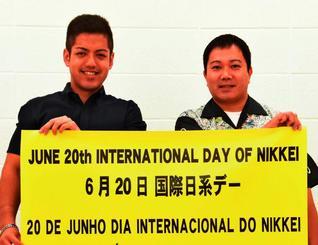 日系デーの制定を喜ぶ比嘉さん(右)と伊佐さん=18日、名桜大