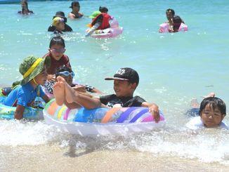 2021年度に使用開始予定の人工ビーチで楽しむ子どもたち=15日、沖縄市泡瀬沖の人工島「潮乃森」