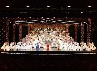 月組公演「クルンテープ 天使の都」のフィナーレ(宝塚歌劇団提供)