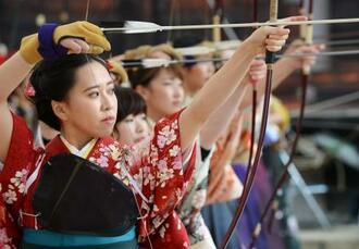 京都・三十三間堂で開かれた伝統競技「通し矢」に由来する大的全国大会で、弓の腕前を披露する新成人たち=14日午前