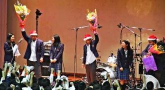 在校生から花束を受け取ったモンゴル800のメンバー=浦添高校