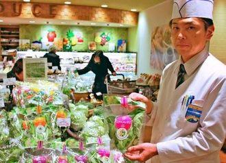 沖縄セルラー電話の植物工場で生産した葉野菜が並ぶ売り場=25日、那覇市・デパートリウボウ