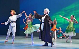 バラエティー豊かなバレエでスターウォーズの世界を再現した舞台=うるま市民芸術劇場