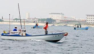 キャンプ・シュワブ沿岸の埋め立て予定地付近で調査する調査船や警戒船=5日午前11時半ごろ、名護市辺野古