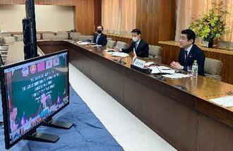テレビ会議形式で開かれた、東南アジア諸国連合と日中韓(ASEANプラス3)の農相会合に出席した野上農相(右)=21日、農水省(同省提供)