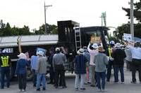 沖縄の新基地建設で土砂搬出 市民ら桟橋で抗議