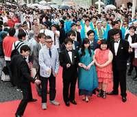 那覇・国際通りにスター集合! 雨の中、大歓声 「沖縄国際映画祭」レッドカーペット