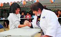 負けてうれしい親子相撲、島を巣立つ我が子にエール 沖縄・北大東