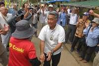 「沖縄は絶対に負けない」 衆院補選で初当選の屋良朝博さんが辺野古であいさつ