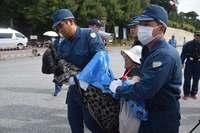 辺野古新基地:「手荒な扱いしないで」 抗議の女性ら訴えも、工事車両搬入続く
