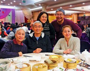 誕生日を祝う(前列左から)妻初子さん、神山吉洋さん、長女悧沙さん。(後列左から)次女真鶴さん、長男亨さん