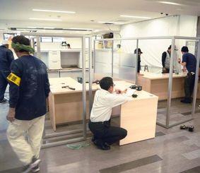 融資相談窓口の増設工事を急ピッチで進める鹿銀沖縄支店=21日、那覇市