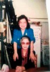 帰省中に恩師の中村文子さん(手前)を訪ね再会した時の貴重な写真=1996年5月、那覇市内の1フィート運動の事務所