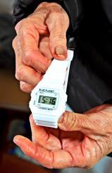 施設で暮らす夫にプレゼントしようと購入した108円の腕時計。取り巻く環境は変わっても、変わらぬ絆が夫婦を支える=那覇市