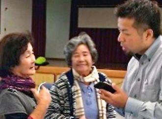 地域のお年寄りを訪ね、ミャークボイスの説明をする中澤さん(セルリアンネット提供)