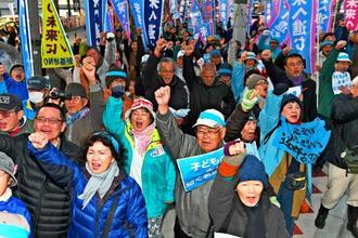 ガンバロー三唱で気勢を上げる稲嶺進さんの支持者=3日午後6時分、名護市大北