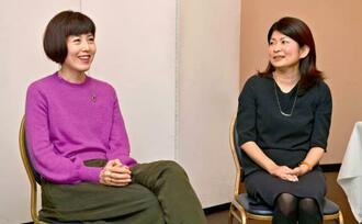 ひきこもりや生きづらさについて対談する小島慶子さん(左)と白井智子さん=那覇市・沖縄ハーバービューホテル