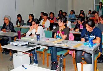子育てサポーターの養成講座を受ける参加者ら=金武町金武・町総合保健福祉センター