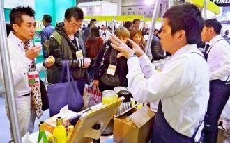 デリカテッセン・トレードショーで来場者に商品を説明する県内食品メーカーの担当者ら=10日、東京・東京ビッグサイト