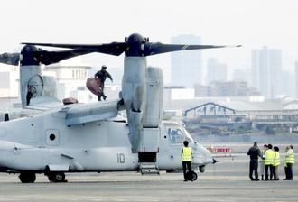 大阪空港に緊急着陸した米軍の輸送機MV22オスプレイ=1日午後