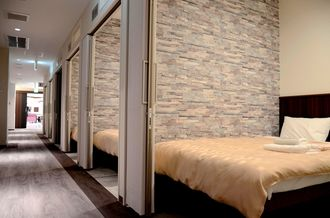 天井を高くし閉塞感をなくしたグランドキャビンホテル那覇小禄の客室=2月28日、那覇市内