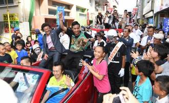 Yoko Gushiken (left) joins the celebration after his apprentice Daigo Higa (center) wins the WBC flyweight title, during a parade on June 11 in Miyakojima, Okinawa Prefecture. | THE OKINAWA TIMES