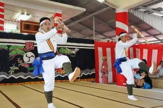 勇壮で力あふれる棒踊りを披露する若者たち=27日、多良間村仲筋の土原御願