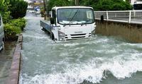 沖縄大雨:道路冠水、床に浸水 緩む地盤に警戒続く