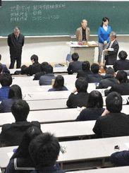 県内大学のトップを切って沖縄国際大学の一般入試に臨む受験生=3日午前9時42分、宜野湾市
