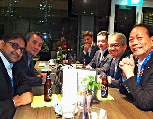 ラビ・ムティア会長(左端)と会談する新垣勝信会長(右端)=7月25日、シンガポール(泡盛マイスター協会提供)