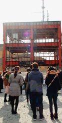 津波で職員43人が犠牲となった防災対策庁舎の前で黙とうをささげる遺族ら=11日午後2時46分、宮城県南三陸町