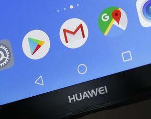 ファーウェイのスマートフォンに表示されるGメール(中央)などのアイコン