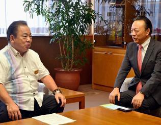 ソニーアクアリウムの来場者数などについて安慶田光男副知事(左)に報告するソニー企業の菅原健一社長