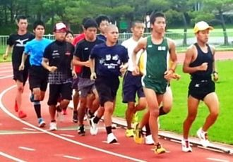 合同練習に励む選手たち=県総合運動公園補助競技場(沖縄陸上競技協会提供)