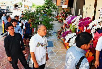 「銀座に志かわ」で行列をつくる買い物客=23日、那覇市おもろまち