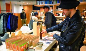 ビームス・ジャパンで展示されたうるま市のビーグ関連商品=19日、東京・新宿のビームス・ジャパン
