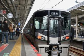 和歌山駅に停車したJR西日本が導入する新型車両227系=23日午前