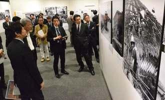 写真展を内覧する関係者ら=31日、横浜市・日本新聞博物館