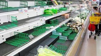 台風の影響で野菜などが品薄になったスーパー=10日午後、宮古島市内