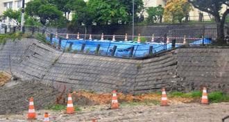 大雨の影響で崩壊した道路=8日午後1時分=那覇市首里石嶺町
