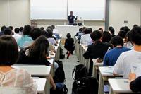 沖縄タイムス編集局長、慶応大で講演「辺野古新基地建設は不要」