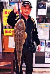 南原漁港で75センチ、2.75キロのコチを釣った山田修さん=4日
